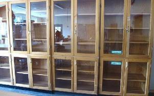 eleverna i Kvarnsveden får börja i sin nyrustade skola med gamla möbler. Kommunen måste göra om upphandlingen av skåp, bord, stolar och bänkar.Foto: KARIN SUNDIN