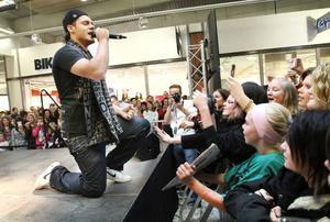 LOCKAR SHOPPARE. När Idol-Rabih och hans medtävlare sjöng i Valbo köpcenter på lördagen var de beundrande blickarna många.