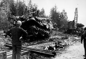 Ett linjeblockeringssystem kunde ha förhindrat den tragiska tågolyckan vid Munktorp på fredagskvällen. På bilden står man beredd att dra loss det andra loket, står det att läsa i vlt den 7 augusti 1972.