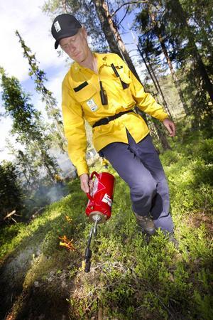 Andreas Wedman, naturvårdshandläggare, ledde den kontrollerade naturvårdsbränningen i Lomtjärnsreservatet.