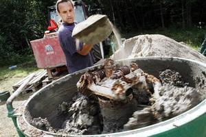 Johannes Riesterer blandar till leran till kubbhuset. Halm, sand, vatten, hästgödsel, lera är huvudingredienserna.