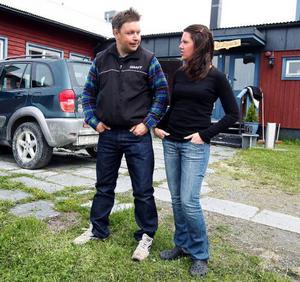 """JanÅke Jonsson hoppar ibland in som hjälpreda  i köket på hotell Holmen hos Therese Blomqvist. """"Jag trodde aldrig att jeansprojektet skulle bli så här stort och det ska bli kul att få se er på tv"""", säger hon."""
