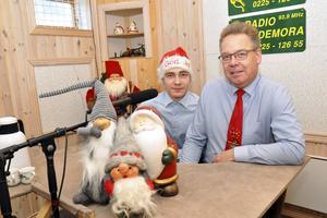 Linus Samuelsson och Tommy Samuelsson på plats i studion vid Folkets Park i Hedemora. Det 15 timmar långa julradioprogrammet sänds i realtid, men är förinspelat.
