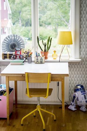 Perstorpsbordet som Johanna köpte av en tidigare kollega för snart 20 år sedan fick bli skrivbord i Jacks rum och den matchande stolen är ett loppisfynd. Tapeten är Trapez med mönster av Arne Jacobsen.