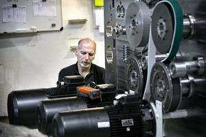 Jan Anderberg, montör på Emba Machinery i Örebro, arbetar med en slits, som skär kartong så att den går att vika.Foto: Håkan Risberg