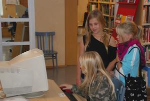 En summering av biblioteksåret 2009 visar att användningen av digitala medier ökat markant. Här spelar Rakel Trogen, Hanna Johansson och Johanna Ehnvik dataspelet Moviestar Planet.