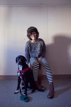 Amanda Hollingby Matsson och hunden Bosse, en korsning mellan labrador och dalmatiner.