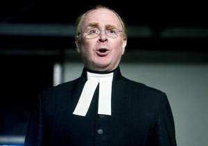 Konfrontationerna mellan präster som stod för en traditionell teologisk inriktning, här spelad av Pierre Wilkner, och nytänkare som Nathan Söderblom har fått ökad hetta i årets uppsättning.