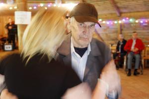Bertil Solback, 91, tog en svängom med Häradsgårdens enhetschef, Maria Taraldsson.