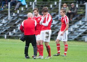 Svartviks Niclas Larsson kliver av planen mot Friska Viljor efter sitt nyckelbensbrott.