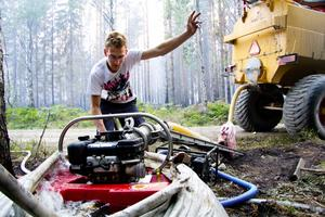 Vattnar upp spärrlinje. Fredrik Åstrand, bonde i Seglingsberg vattnar han upp en spärrlinje genom skogen i trakten kring Skillberg, inte långt från Västerfärnebo.