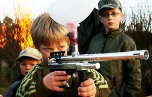 David Gustafsson lägger an. I Sandarne kunde man skjuta med paintball-gevär.