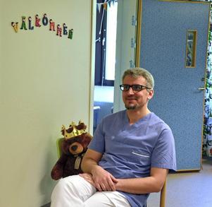 Barnläkaren Tariq Shikh Saleh från Syrien trivs på Folktandvården Sundsvall. Men hoppas att han snart får jobba åtminstone som tandsköterska.