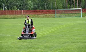 En stor del av arbetsdagarna på AME tillbringar Lars Knapp med att klippa fotbollsplaner. Här klipper han gräset på Färila IP.
