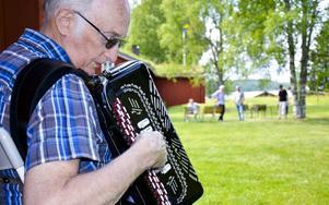 Musik till kaffet. Med Ingvar Lindström och hans dragspel.