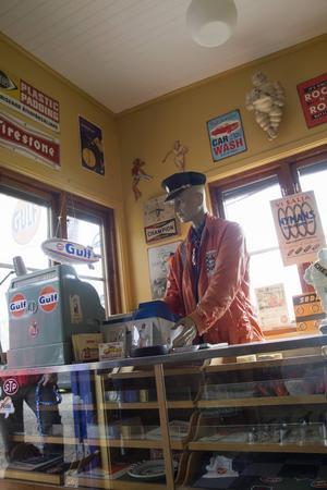 I macken finns personal som sköter kassan och till och med har med sig tidsenlig väska med matsäck till jobbet.