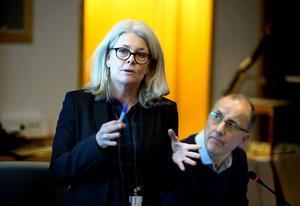 Eva Rönnbäck, chef socialtjänstens utredningsenhet, berättar att den tillfälliga lönehöjningen är en akut åtgärd.