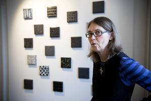 Marie Isaksson ställer ut emaljverk i Härnösands konsthall.