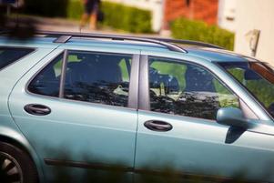 Den mordmisstänkta kvinnan fördes till häktningsförhandlingen i en civil polisbil.