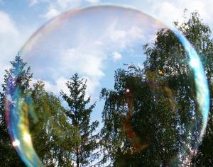 Tog bilden genom en såpbubbla.
