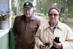 Evert Jonsson och Maj-Britt Svärd passade på att köpa lotter hos SPF:s handarbetsgrupp