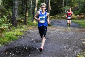 Jesper Persson drar i från på andra varvet. Leende lätt.