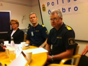 Åklagaren Helena Eckerrot Flodin, polisens operative chef Ralf Hedin och polismästare Kalle Wallin tog emot det samlade pressuppbådet på polishuset i Örebro.