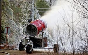 Trots måttlig kyla fungerar snökanonen. Foto: Johnny Fredborg