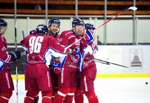 Mikael Simons och lagkamrater firar ett mål för Falu IF under förra säsongen.