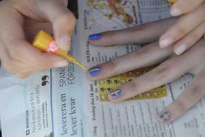Även naglarna får svenska flaggan.