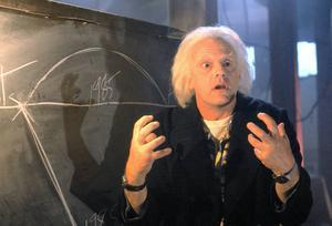 Doc (Christopher Lloyd) försöker förklara tidsresandet, som blir alltmer komplext ju längre in i