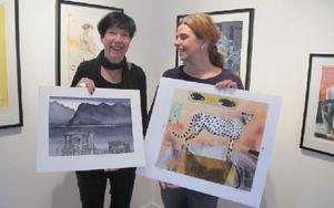 Pia Roes och Lisbeth Boholm visar litografier de har gjort eller arbetar med. Foto: Roland Engvall