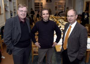 11. Med tungviktarna. Wåhlstedt flankeras av Göran Magnusson politiker i Köping och landshövding Mats Svegfors 2003.