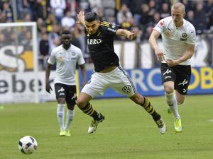 Ahmed Yasin i sin nya klubbdress i kamp om bollen med dåvarande ÖSK-spelaren Daniel Gustavsson.