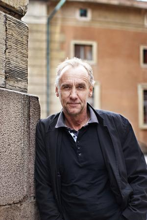 Håkan Nessers Styckerskan från Lilla Burman är den femte och sista boken om kriminalinspektör Gunnar Barbarotti i staden Kymlinge.