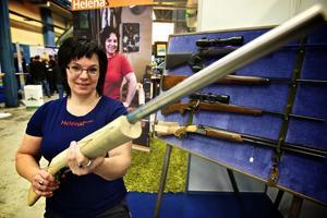 Vapensmeden Helena Tiborsdotter var en av utställarna vid årets företagsmässa. Hon passade på att visa upp en kolv till gevär som hon håller på att färdigställa till en kund. Foto:Claes Söderberg