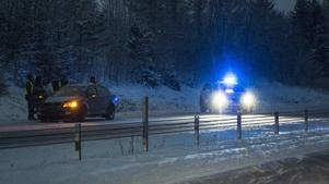 En personbil har kört in i vajerräcket vid Skönviksberget på E4.