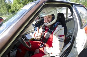 Så här glad var Tobias Johansson på torsdagsförmiddagen när han ledde loppet. Men han tvingades att bryta under dagen på grund av att motorn gick sönder.