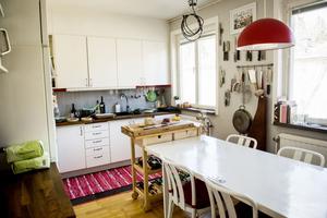 På söndagarna när både Johan och Birgit är lediga brukar de bjuda hem sina kockvänner på middag. De lagar mat, äter mat och pratar mat.