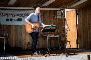 Danny Norin underhöll besökarna med gittar och sång.
