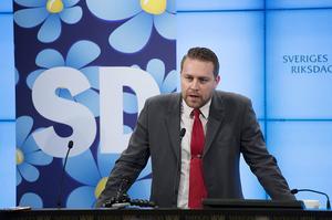 SD är ett parti med helgardering, för och emot, menar skribenten.