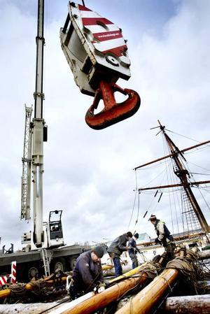 Riggen togs ned på traditionellt vis med block och talja. Men igår fanns en stor kran på plats för att lyfta tillbaka master och rår. Skeppsansvarige Magnus Lagerkvist förbereder för lyftet.