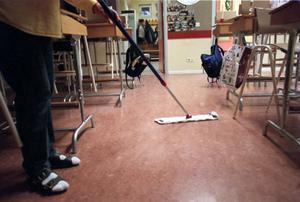 Klassrummen städas numera bara varannan dag på grund av besparingsskäl.Foto: Lars Sundin/arkiv