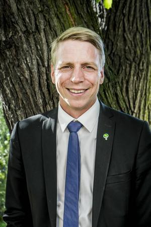 Finansmarknadsminister Per Bolund (MP)   Spion som ska hålla koll så inte sossarna luras på Finansdepartementet.