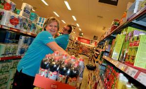 Personalchefen Marianne Madsen vid Ica Supermarket i Laxå är glad över att butiken anställt Stefan Junggren. Nu prisas Ica för sitt engagemang i Activa. Foto: Samuel Borg