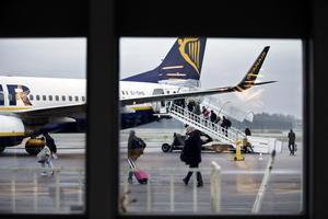 Flygplatsen kan vara kvar - men det är tveksamt om det går att behålla persontrafiken, anser insändarskribenten.