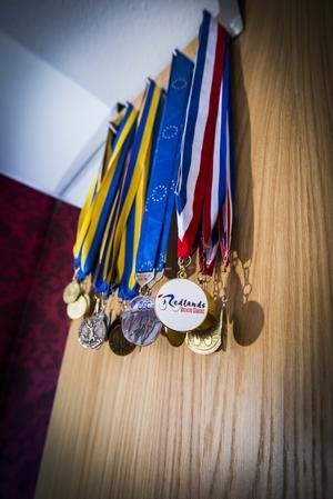 På garderobsdörren i flickrummet hänger medaljer från Emilias karriär.