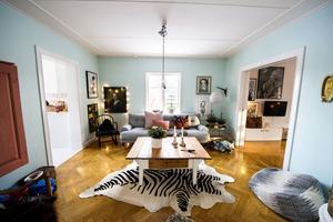 Den blåturkosa färgen i vardagsrummet är vald med stor omsorg. Här kommer ljuset in från alla håll.