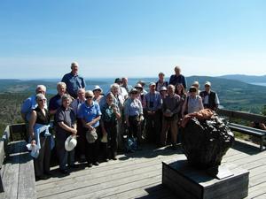 De flesta deltagarna i Linnéresegruppen på toppen av Skuleberget. Roland Moberg i blå skjorta längst bak till vänster.