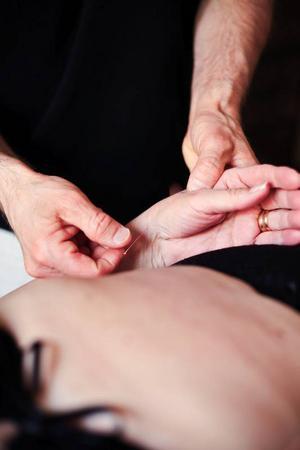 Kroppens olika organ är sammankopplade med bestämda punkter på kroppen, en nål häver obalansen och återställer kroppens energiflöde.